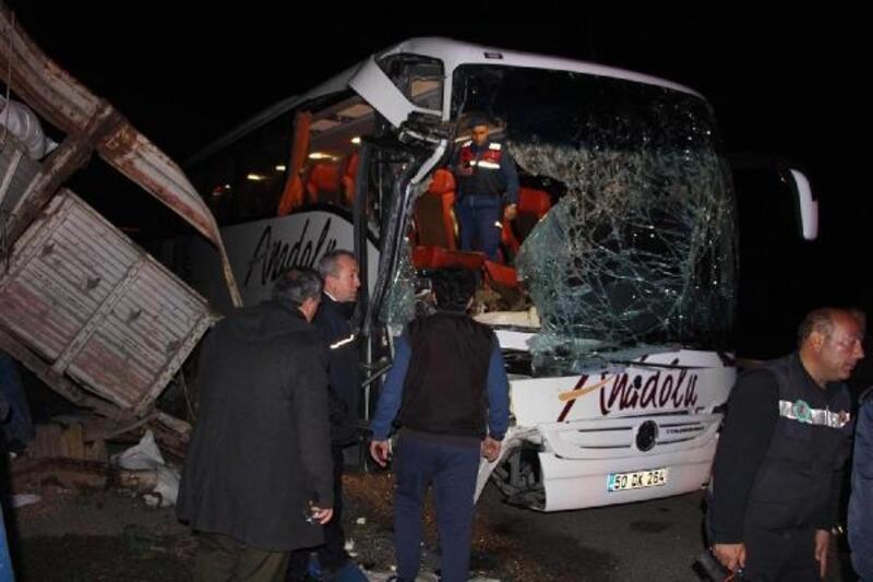 Yolcu otobüsü TIR'a arkadan çarptı: 20 yaralı