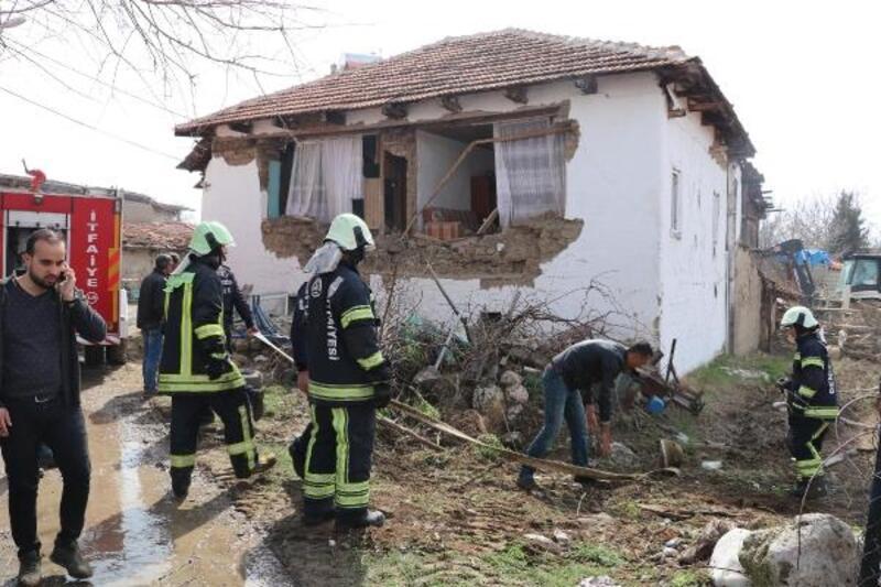 Denizli'de 5.5 büyüklüğünde deprem:  3 kişi yaralı, 30 ev yıkıldı