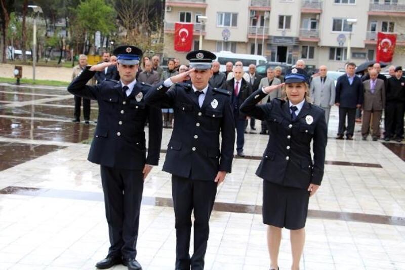 Kula'da yağmur altında Polis Günü kutlaması
