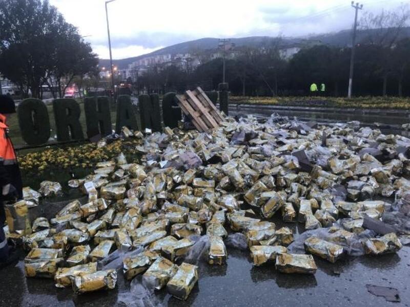 TIR devrildi, 20 ton zeytinyağı yola döküldü