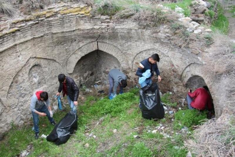 Tarihi eserlerin çevresindeki çöpleri temizlediler