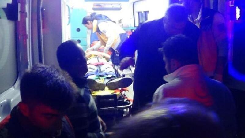 Takla atan minibüs dereye yuvarlandı: 2 yaralı