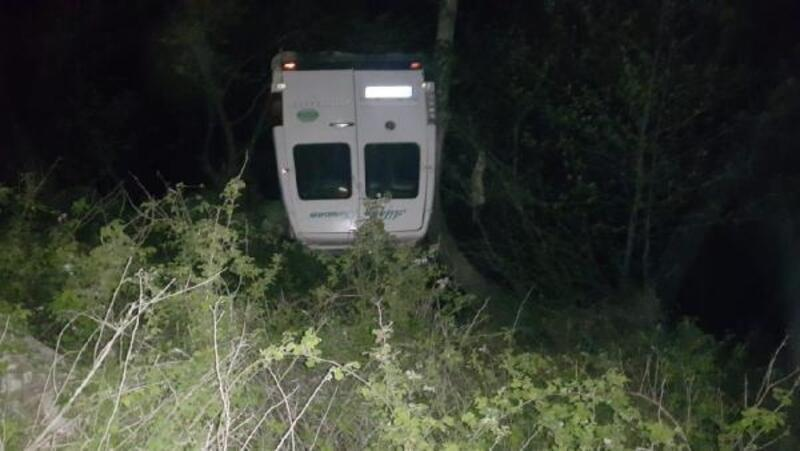 Takla atan minibüs dereye yuvarlandı: 2 yaralı (2)