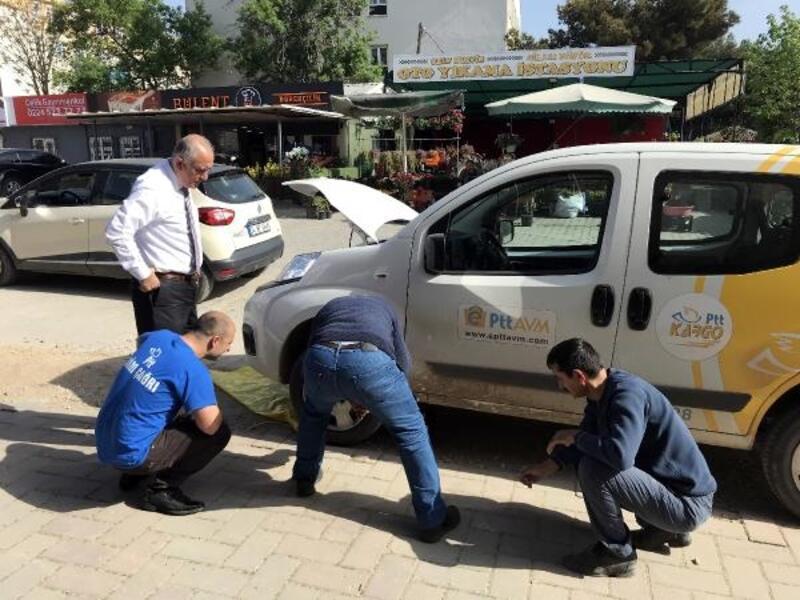 PTT aracının motoruna giren kediyi çalışanlar çıkardı