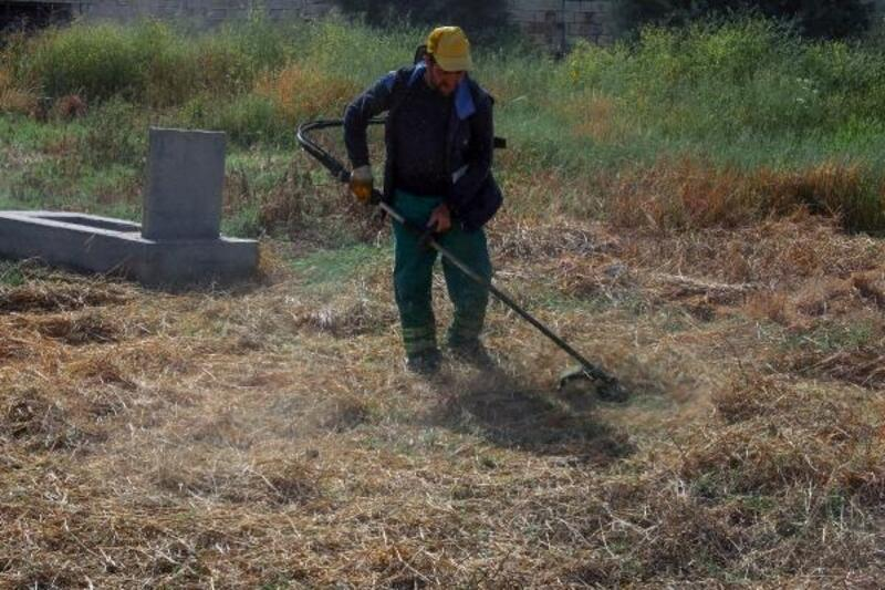 Diyarbakır'da mezarlıklarda bayram temizliği