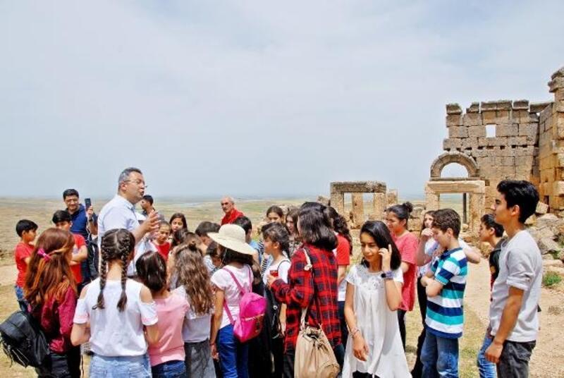Öğrenciler, tarihi Zerzevan Kalesi'nde ders işledi