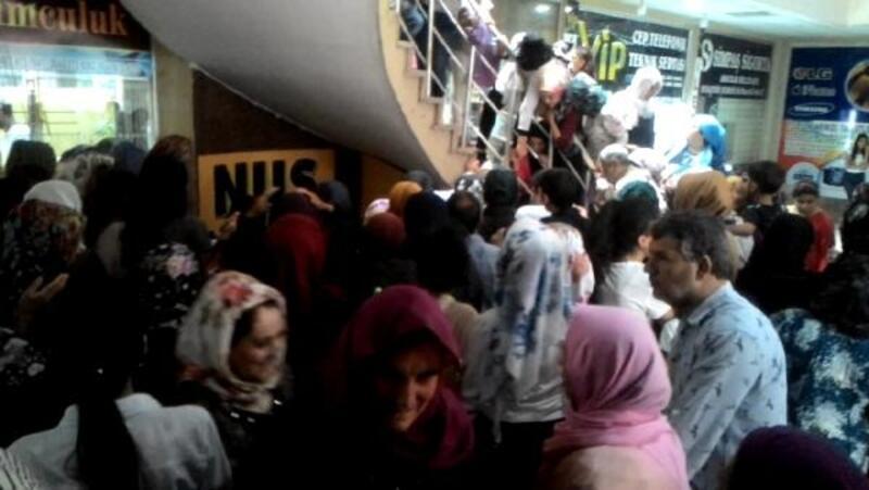 Nusaybin'de giysi dağıtımında izdiham