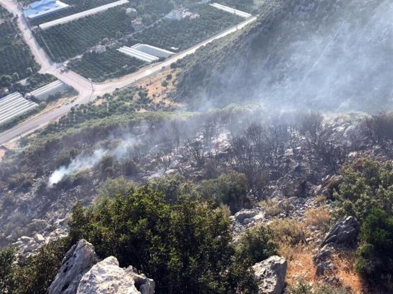 Finike'de ormanlık alanda yangın