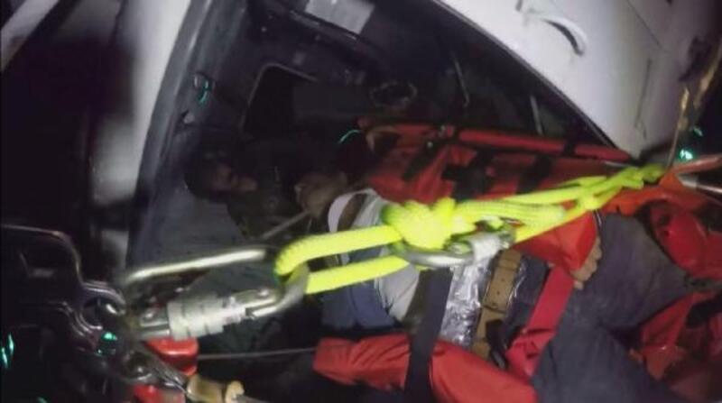 Kayalıklardaki yaralı, helikopterle kurtarıldı