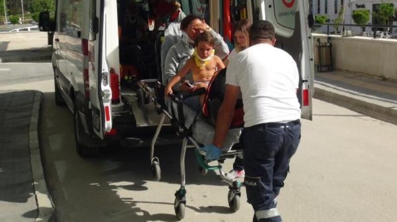 Kazada yaralanan anne, kucağındaki yaralı oğluyla ambulansa taşındı