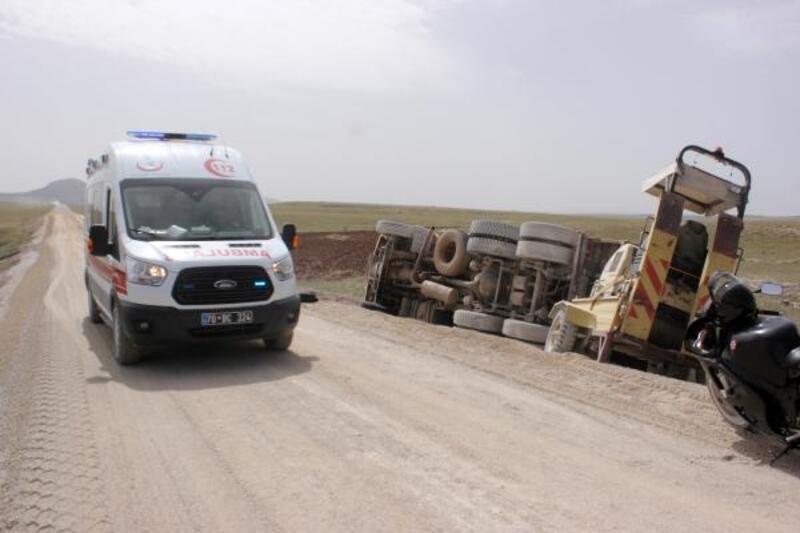 Yol yapımına  giden kamyon, kaygan yolda devrildi: 2 yaralı