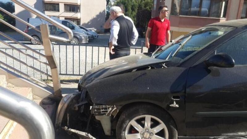 Otomobil üst geçit merdivenlerine çarptı: Anne ve 2 kızı yaralı