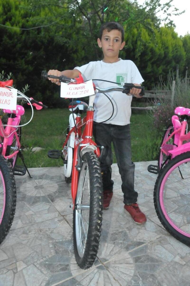 Yetim ve öksüz çocuklara bayram hediyesi bisiklet dağıtıldı