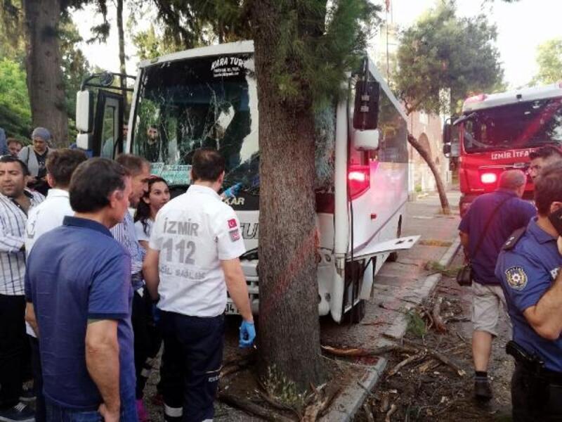 İzmir'de öğrenci midibüsü kaza yaptı: 15'i öğrenci 17 yaralı