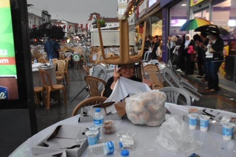 Edirne'de iftar yemeğine yağmur engeli