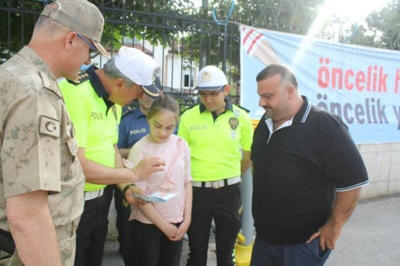 Polislerden araçlardaki çocuklara trafik karnesi