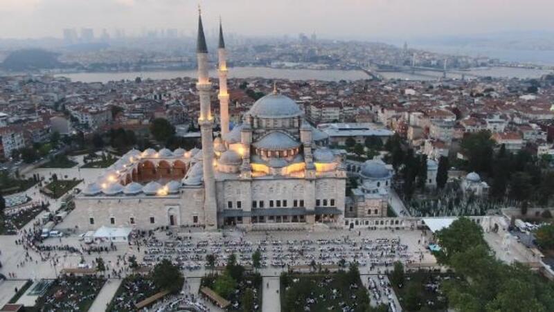 Fatih Camii avlusunda binlerce kişi oruç açtı