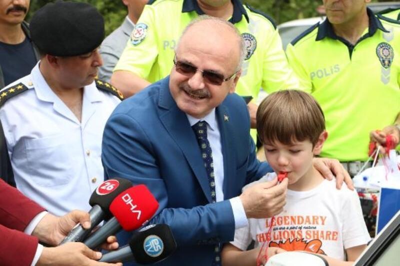 Eskişehir Valisi Çakacak, çocuklara sürücü karnesi dağıttı
