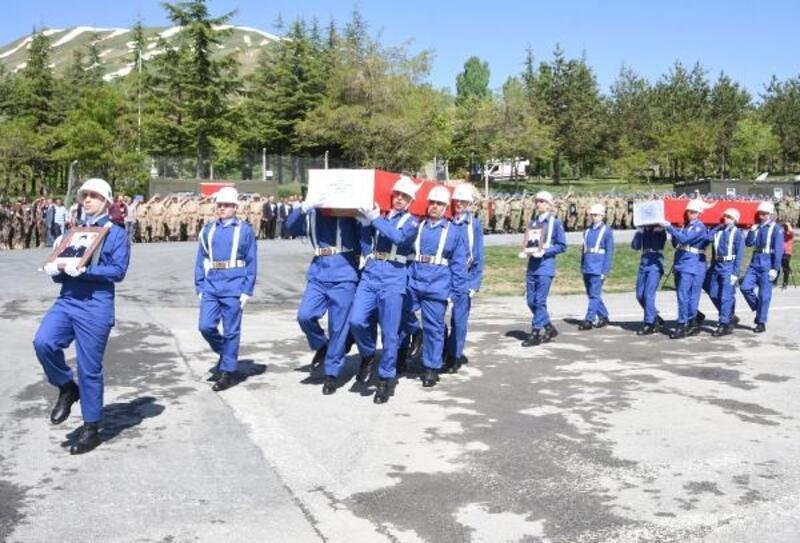 Çukurca'daki çatışmada şehit olan 2 asker, memleketlerine uğurlandı