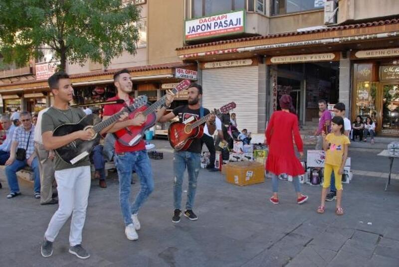 Sokak müzisyenleri Diyarbakır'da ilgi odağı oldu