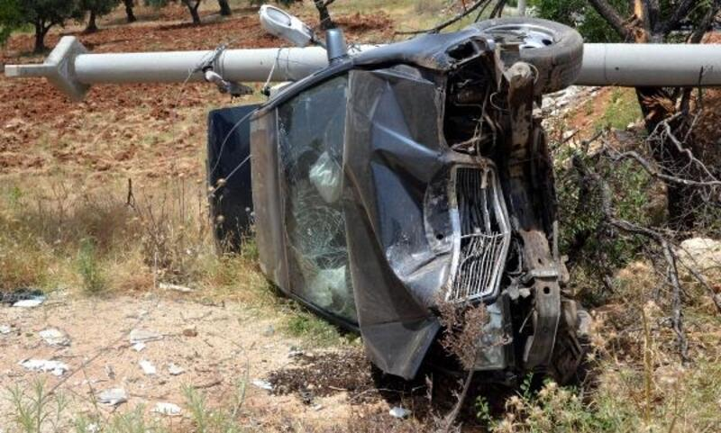 Otomobilin çarptığı direk üzerine devrildi: 3 yaralı