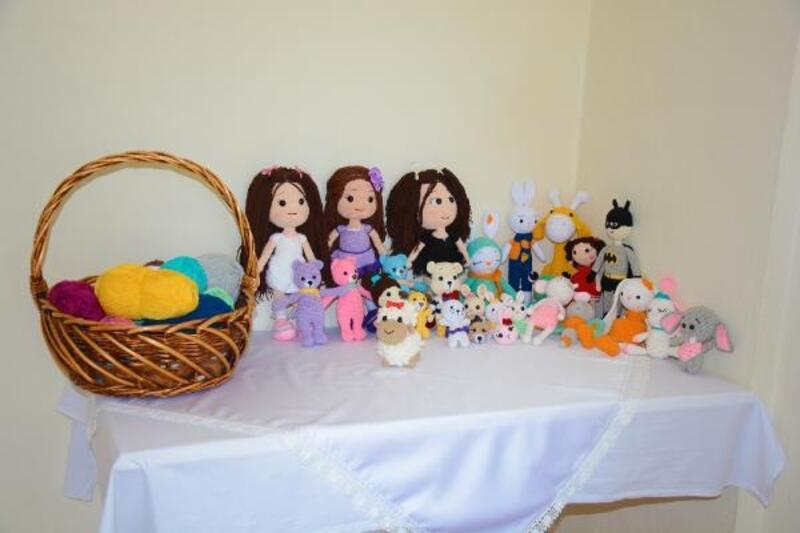 Evinde ürettiği oyuncakları, sosyal medyadan satıyor