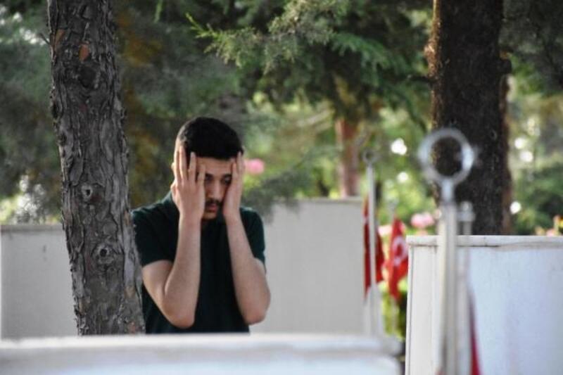 Şehitlerin mezarları başında gözyaşı döktüler