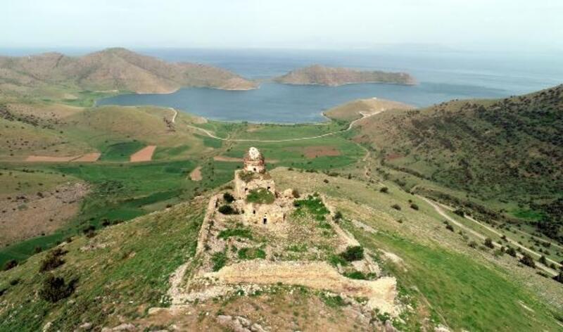 Definecilerin tahrip ettiği tarihi manastıra restorasyon talebi