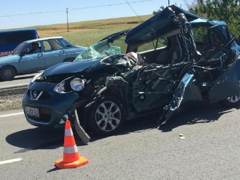 Kırıkkale'de otomobil kamyona çarptı: 2 yaralı