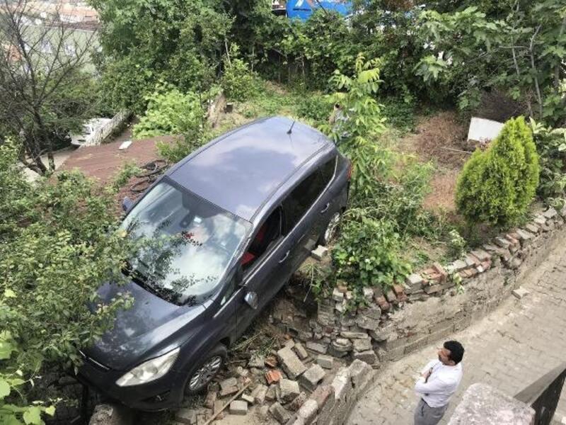 Freni boşalan otomobil, bahçeye girdi: 4 yaralı