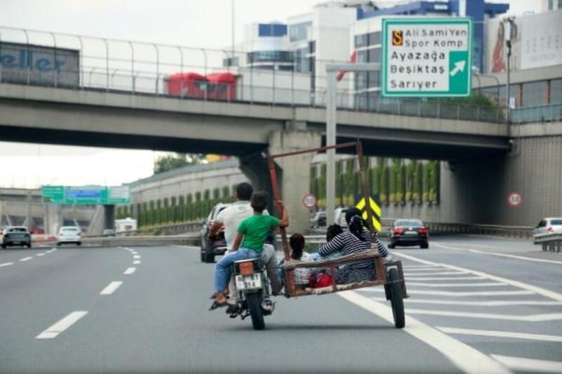 Sepetli motosikletle TEM'de tehlikeli yolculuk
