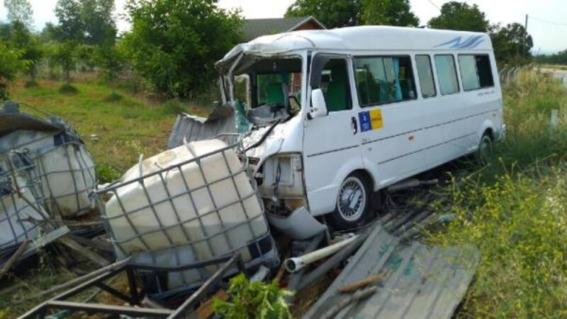 Minibüs,su depolarına çarptı: 4 yaralı