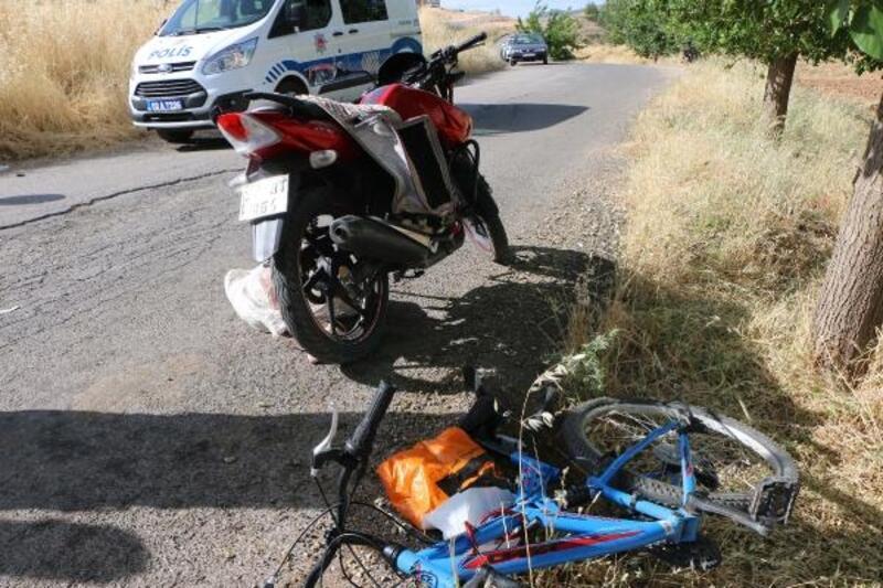 Motosikletle ile bisiklet çarpıştı: 3 yaralı