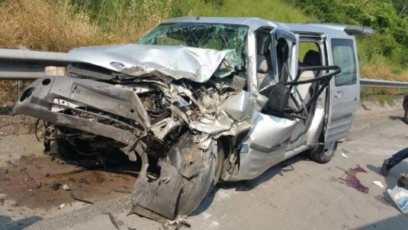 Hafif ticari araç TIR'a çarptı: 3 yaralı