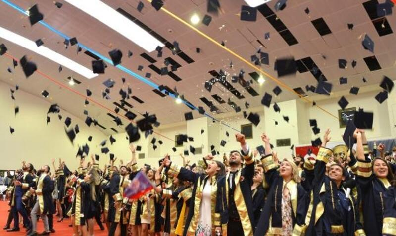 Genç mühendisler kep fırlatıp mezun oldu