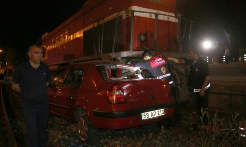 Hemzemin geçitte lokomotif otomobile çarptı