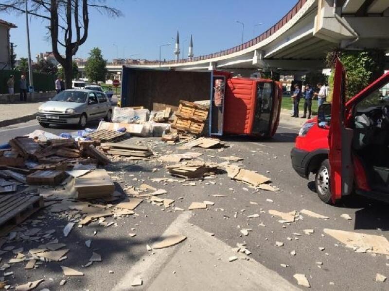 Yalova'da fayans yüklü kamyonet devrildi: 1 yaralı