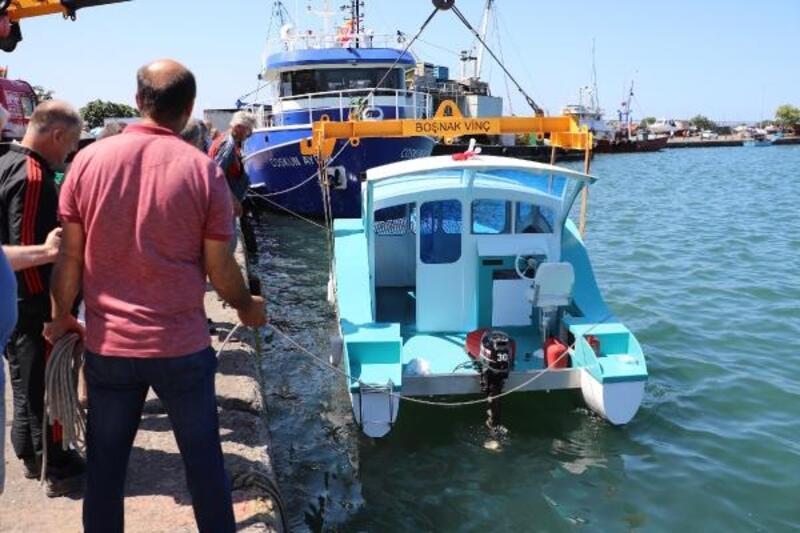 3 arkadaşın yaptığı tekne, suya indirildi