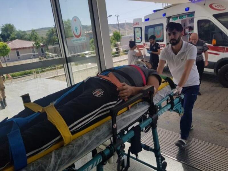 Karakoçan'da hafif ticari araçla otomobil çarpıştı: 6 yaralı