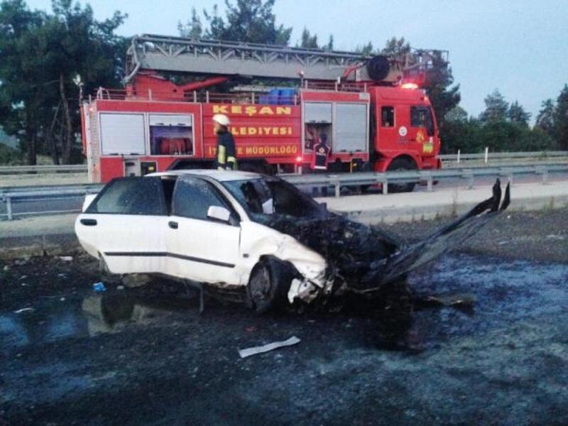Otomobil, demir bariyerlere çarptı: 3 yaralı
