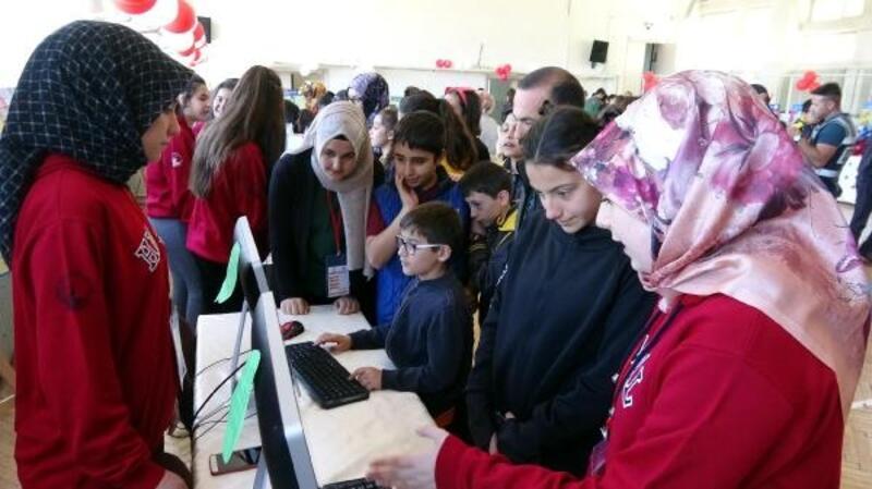 Meslek liseli kızlar projelerini sergiledi