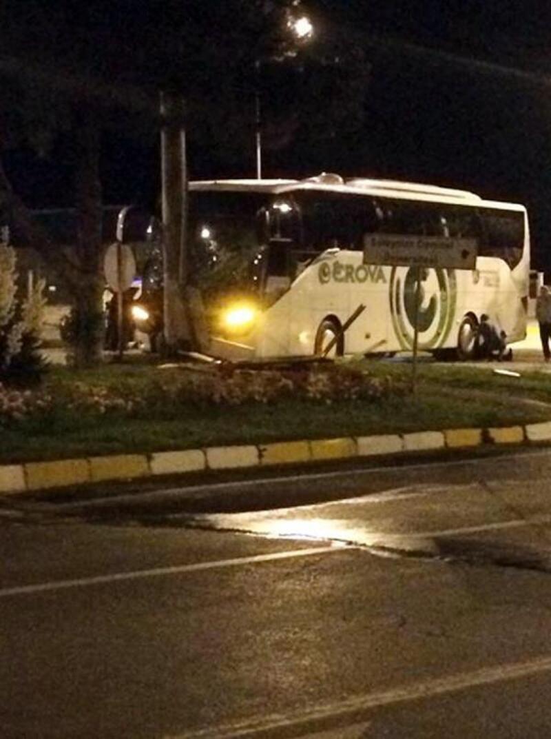 Yolcu otobüsü direğe çarptı