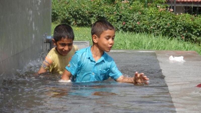 Afgan kardeşleri süs havuzundan zabıta çıkardı
