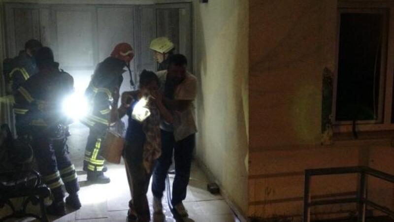 Zemin katta yangın çıktı, itfaiye bina sakinlerini tahliye etti