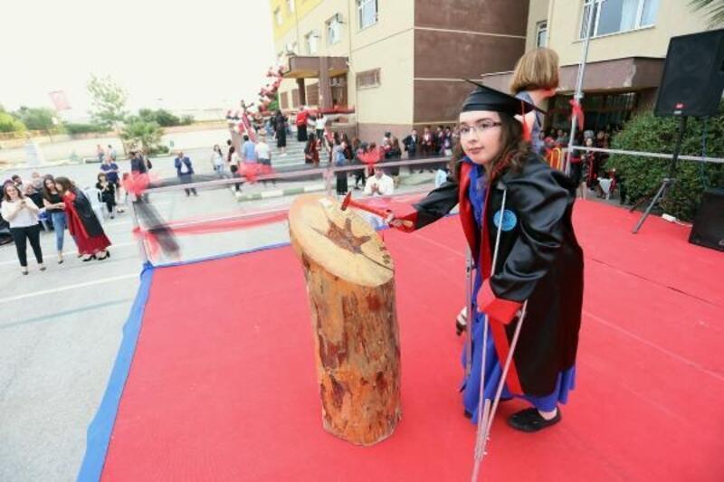 Sosyal medyadan ders çalışan engelli lise öğrencisi okul birincisi oldu