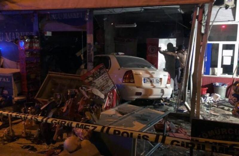 Otomobil yol kenarındaki 2 kişiye çarpıp, markete daldı: 1 ölü, 1 yaralı
