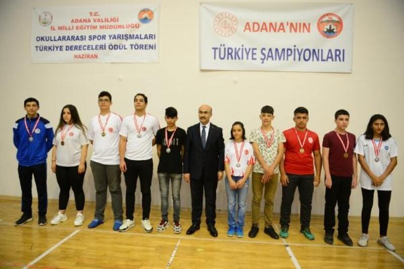 Okul sporlarında Türkiye derecelerine giren öğrencilere madalyaları verildi