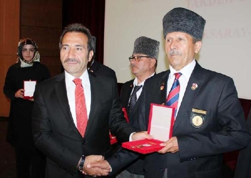 Kıbrıs gazilerine madalya ve berat belgesi