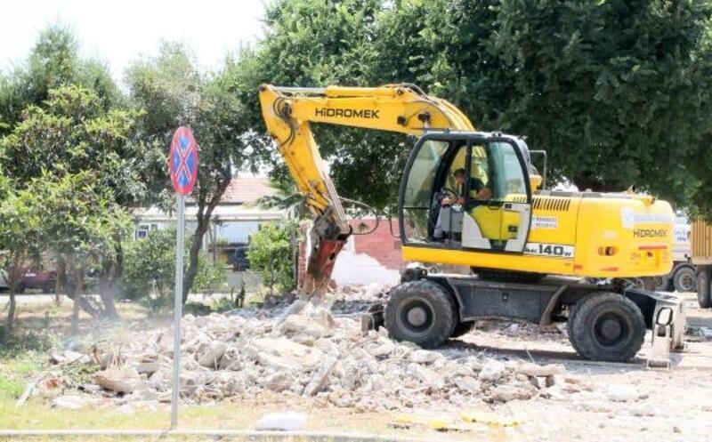 Manavgat'ta 4 iş yeri yıkıldı