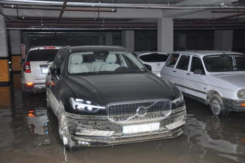 40 aracın mahsur kaldığı otoparktaki su tahliye edildi